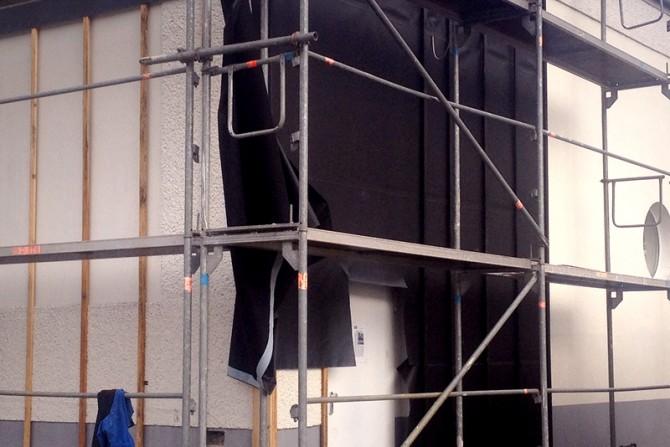 Das Gerüst für die neue Fassadenverkleidung steht.