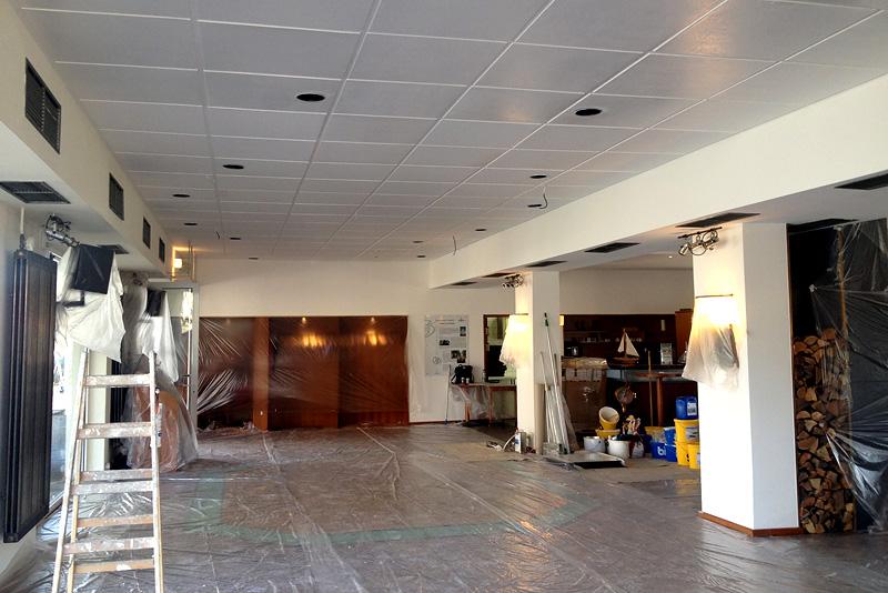 Nach den Malerarbeiten erstrahlt der neue weiße Deckenhimmel.