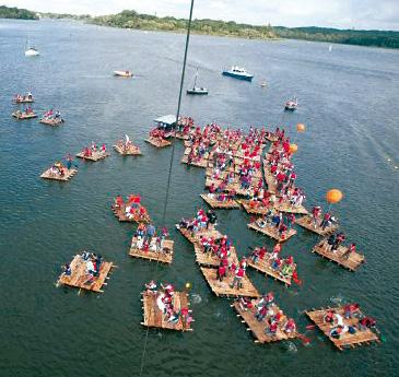 Mega-Teamfloß - Zusammenschluss auf dem See