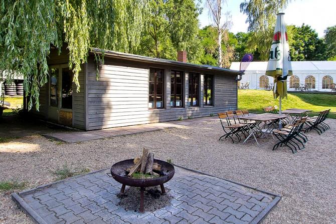 Außenansicht Bootshaus mit Lagerfeuerstelle