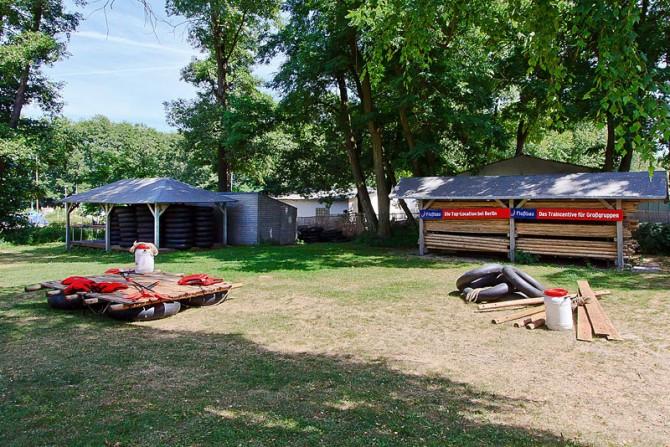 Floßbauwiese mit Baumaterialien