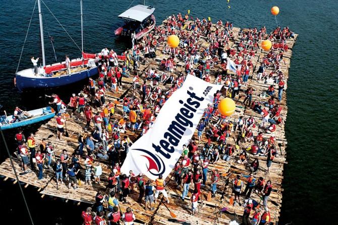 """Teamgeist organisierte den Guinness Rekord """"most people on one raft"""""""