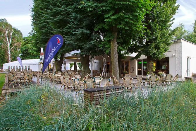 Blick auf Terrasse und Yachtclub Restaurant
