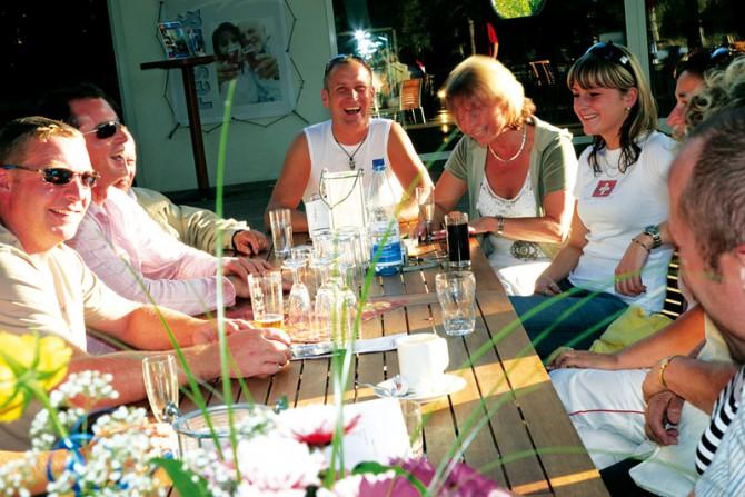 Die Terrasse erfreut sich großer Beleiebtheit am Familiensonntag