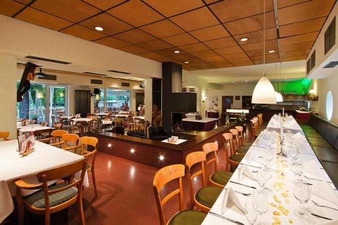 Restaurant Yachtclub - Innenansicht mit Blick auf den Kamin