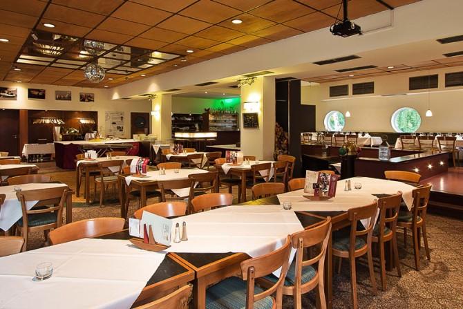 Restaurant Yachtclub - Innenansicht mit Standardbestuhlung